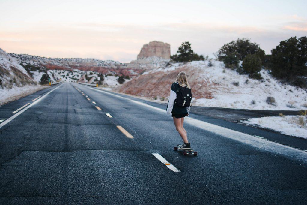 Femme sur skateboard electrique