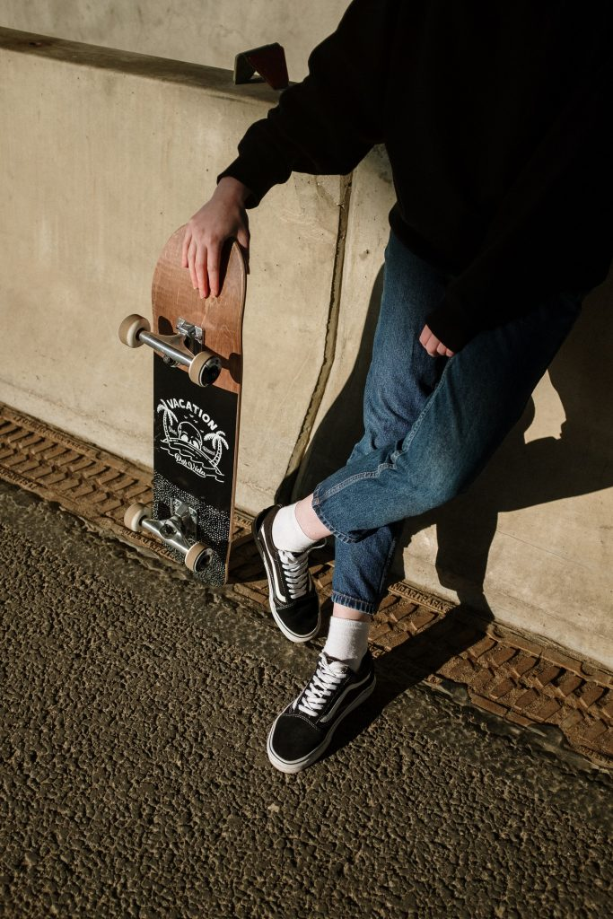 longboard electrique contre le mur