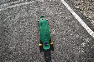 longboard électrique vert sur beton