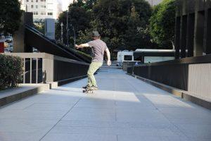 skate electrique route jeune homme